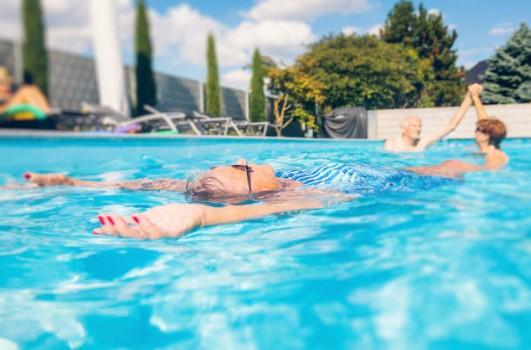 senior-piscine-nage
