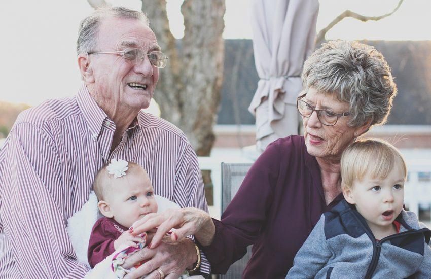 Grands-parents comblés avec leurs petits-enfants