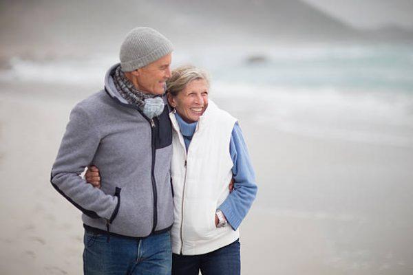 Couple de seniors habillés pour le froid en hiver
