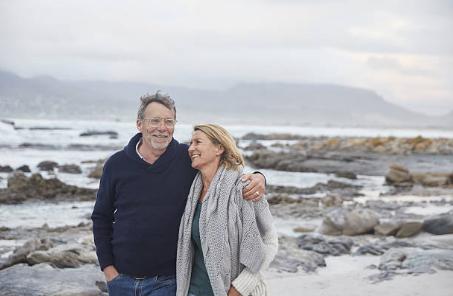 couple de seniors à la plage