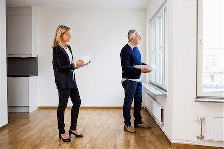 Agent immobilier qui réalise une estimation immobilière avant la vente d'un appartement