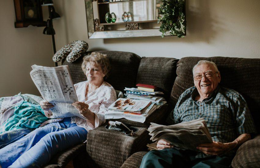 couple seniors canapé lecture