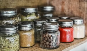 Bocaux épices étagère bois cuisine