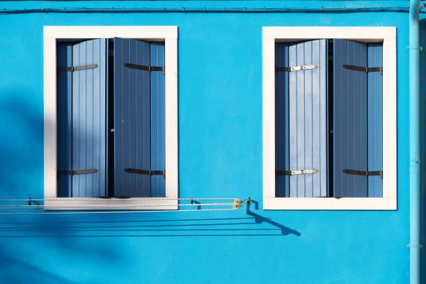Volets bleus fermés pour protéger la maison de la chaleur