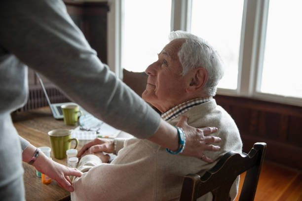 Aide à domicile qui s'adresse à une personne âgée