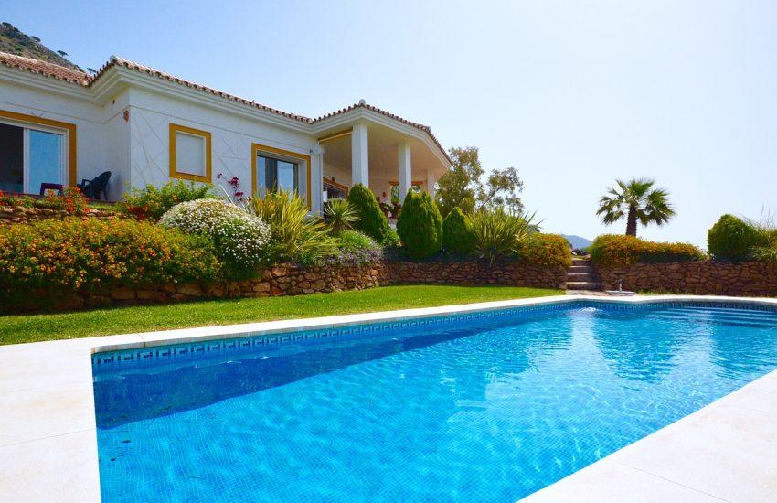 extérieur d'une maison avec une piscine