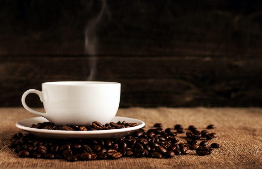 Une tasse de café et des grains de café