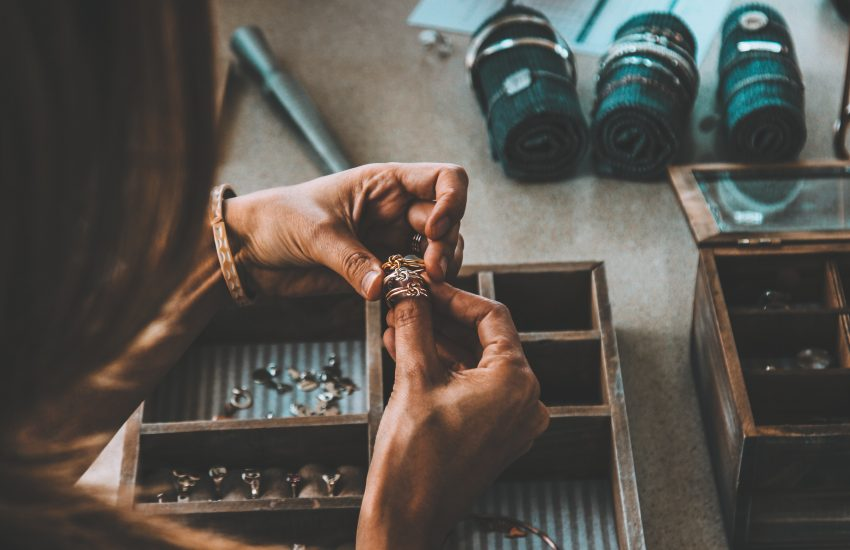 Joaillier qui estime des bijoux anciens à revendre