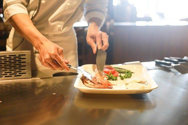 cuisinier prépare un plat