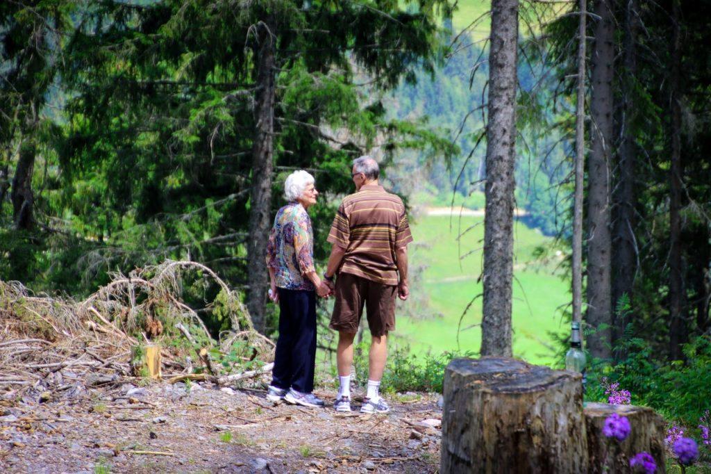 couple de seniors dans la forêt
