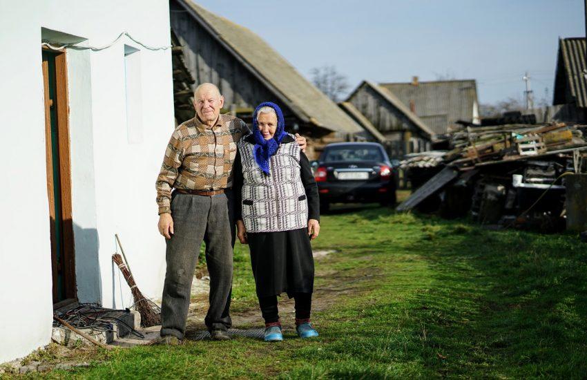 personnes âgées devant une maison