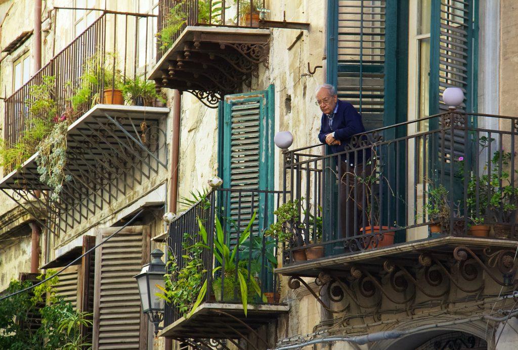 personne âgé sur un balcon